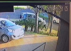 Quase um mês depois da ação, os bandidos ainda não foram identificados, nem o veículo e pertences da vítima recuperados