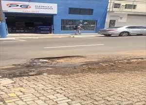 Autora do vídeo, trabalha em frente ao local e já teve o veículo danificado por conta dos buracos de São Carlos