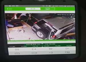 O carro atropelou sete pessoas, sendo que duas ficaram presas sob o carro