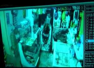 Casal foi agredido durante assalto na noite de terça-feira (10) e agora vive em medo