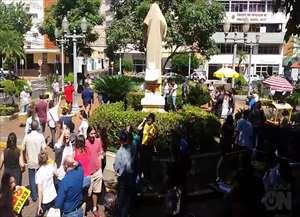 Grevistas ofuscaram solenidade que durou apenas três minutos sob protestos, vaias e ofensas ao prefeito