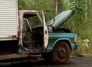 O veículo estava estacionado no local havia quatro dias; vizinhos chamaram os bombeiros quando o incêndio começou