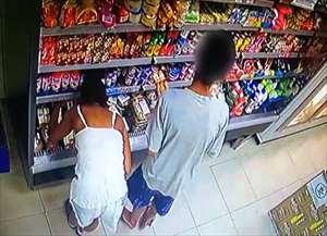 Câmeras de segurança registram mometo em que menor esconde produto em mochila com a cobertura de uma mulher