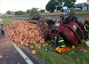 Motorista ficou preso às ferragens em acidente, que aconteceu nesta segunda-feira (14) próximo à base da Polícia Rodoviária.