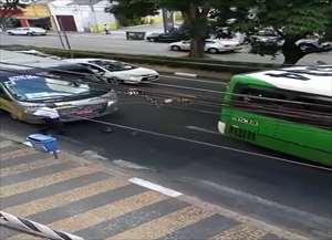 Homem deu ré veículo do transporte coletivo para atingir micro-ônibus de empresa de turismo