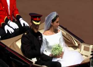 Após cerimônia, casal cumprimenta súditos que acompanharam o evento do lado de fora do castelo