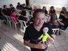 Adriana Turrini, fundadora do projeto, com as bordadeiras voluntárias. - Foto: Mastrangelo Reino / A Cidade