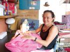 Neide Geraldes começou a costurar inspirada no projeto 'Vestidos de algodão para as meninas do sertão'. - Foto: Weber Sian / A Cidade
