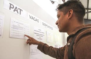 amanda rocha/Tribuna ARARAQUARA - Pessoas passam todos os dias no PAT para conferir ofertas de emprego