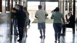 Eleitores relatam poucas filas e movimento tranquilo na hora do voto