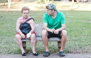 Milena Aurea / A Cidade - A aposentada Margarida Resende, de 64 anos, e o neto, Willian Santana, de 21, compartilham as mesmas reclamações sobre a Saúde pública no município; demora no atendimento é a principal delas