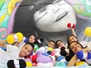 Jovens arrecadam lã para fazer perucas a crianças com câncer