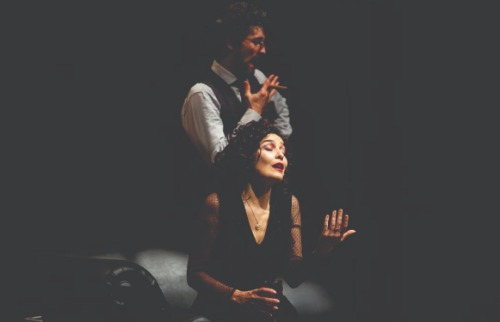 Os atores Leticia Sabatella e Fernando Alves Pinto encenam Edith Piaf e Bertolt Brecht  (Foto: Flavia Canavarro). - Foto: Flavia Canavarro