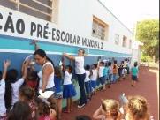 Crianças abraçam escola vandalizada em Ipuã