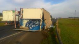 Caminhão com 14 toneladas de ração tomba na Washington Luís