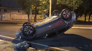 Vídeo: Carro bate em caminhão e capota na zona Leste de Ribeirão