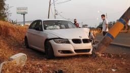 Jovem perde controle de BMW e colide contra poste em Araraquara