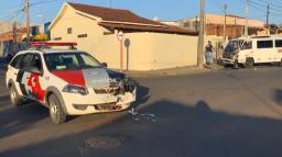 Viatura da Polícia Militar colide contra van no Santa Angelina
