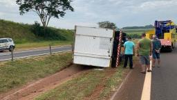 Caminhão tomba em rodovia após acidente com cavalo em Ribeirão