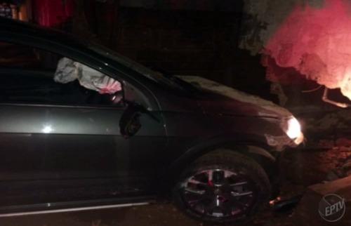 Fabio Reis - Motorista perdeu o controle, atropelou uma pessoa e atingiu o muro de uma casa; veja mais fotos na galeria