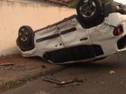 Câmera de segurança flagra capotamento em rua de Barretos