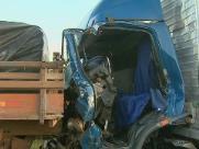 Motorista é resgatado das ferragens após batida de caminhões