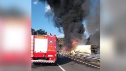 Caminhão pega fogo após capotar na João Beira em Jaguariúna