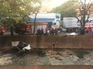 Dois morrem e um fica gravemente ferido após carro cair em córrego