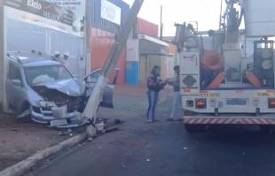 Rodrigo Prioli  / CBN Ribeirão Preto - Com impacto, carro ficou com a dianteira destruída na rua Emygdio Rosseto