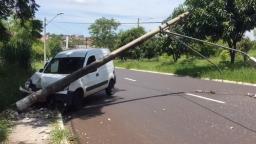 Furgão derruba poste em acidente na avenida Virgílio Soeira