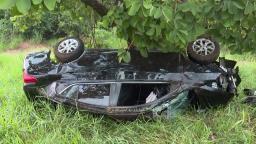 Carro capota e bate em árvore às margens da Abrão Assed