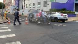 Batida envolve 2 carros e complica trânsito no Centro de Ribeirão