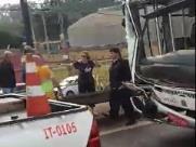 Colisão de ônibus escolar deixa três feridos na Anhanguera