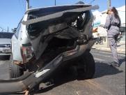 Carros batem em semáforo na Avenida Luís Alberto