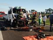 Motorista fica ferido em acidente envolvendo dois caminhões