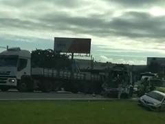 Acidente entre caminhões deixa um ferido e gera congestionamento. Foto: Reprodução de vídeo - Foto: Reprodução de vídeo
