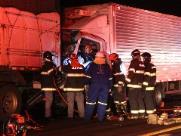 Acidente entre caminhões na SP-255 deixa vítima ferida em ferragens