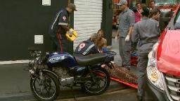 Grávida e motociclista são socorridos após batida em cruzamento