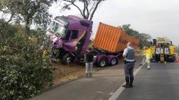 Motorista de caminhão dorme ao volante e causa acidente na Campinas-Mogi