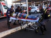 Motociclista fura sinal vermelho e colide com carro na Junqueira