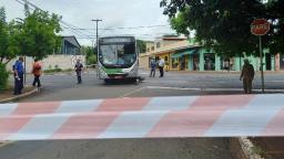 Motociclista vai parar embaixo de ônibus e sobrevive em Ribeirão
