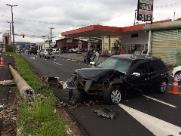 Carro derruba poste na Expressa e polícia procura por motorista