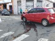 """Carro é """"lançado"""" para calçada após batida no Centro"""