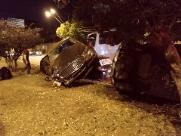Três carros se envolvem em acidente e um capota