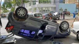 Acidente com três veículos deixa carro capotado na Vila Itapura em Campinas
