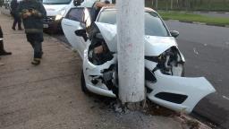 Carro bate em poste e três pessoas ficam feridas