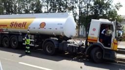 Caminhão de combustível bate em defensa metálica na rodovia
