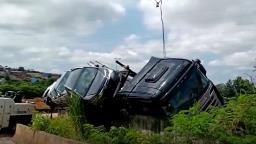 Caminhão-cegonha tomba em rodovia de Sumaré