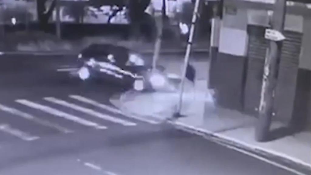 Carro atingiu semáforo e pedestre conseguiu escapar de atropelamento - Foto: Câmera de segurança