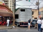 Caminhão sobe em calçada de bar no Centro após batida com carro